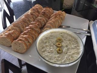mesa azeitmel com pão rustico